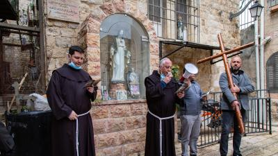 Fr. Amjad and Fr. Sandro in the Christian Quarter, Holy Friday 2020, Copyright: Andrea Krogmann